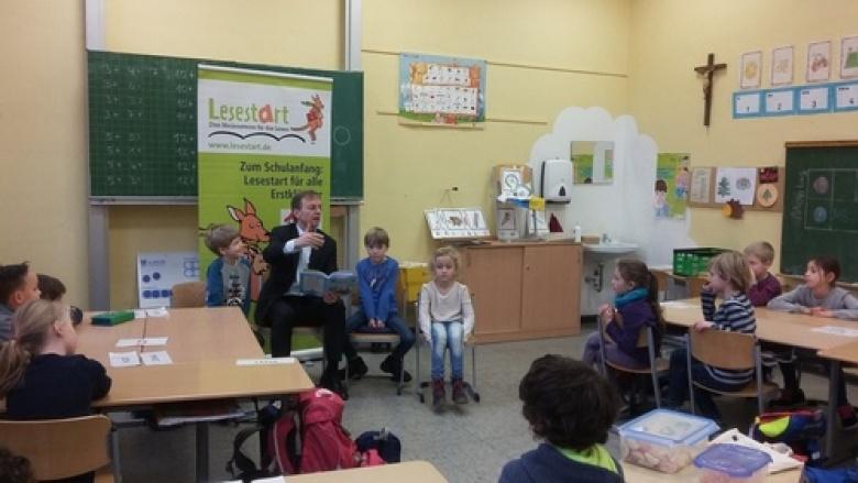 """Thomas Rachel engagiert sich an KGS Südschule Düren für das Leseförderprogramm """"Lesestart - Drei Meilensteine für das Lesen"""""""