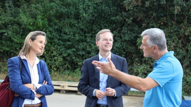 Bundestagsabgeordneter Thomas Rachel (2.v.l.) informierte sich gemeinsam mit der CDU-Landtagskandidatin für den Nordkreis, Dr. Patricia Peill, über die Pellet-Produktion in Titz-Ameln.
