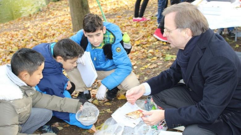 Bundestagsabgeordneter Thomas Rachel freute es, dass auch Schüler des Dürener Wirteltorgymnasiums beim Schutz von Flüssen und Ozeanen mitwirken.