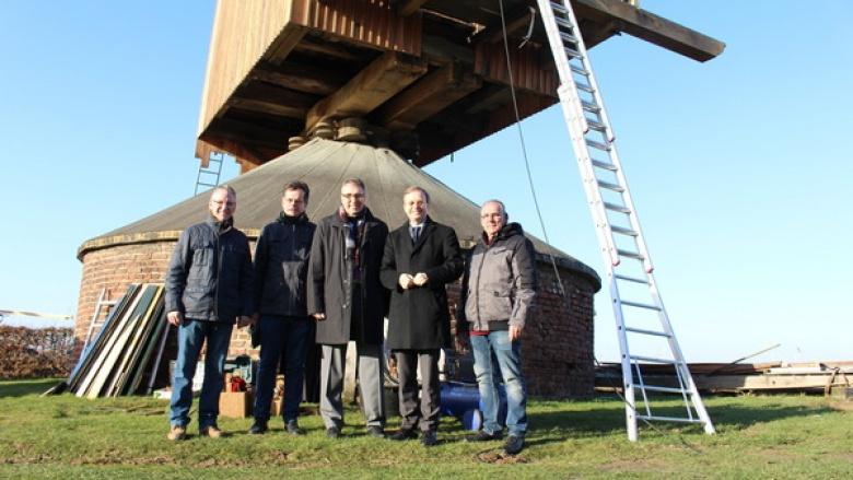 Bundestagsabgeordneter Thomas Rachel (2.v.r.) konnte sich gemeinsam mit Jürgen Frantzen, Bürgermeister von Titz (Bildmitte), ein Bild vom Aufbau des Mühlenkastens der Düppelsmühle in Titz machen.