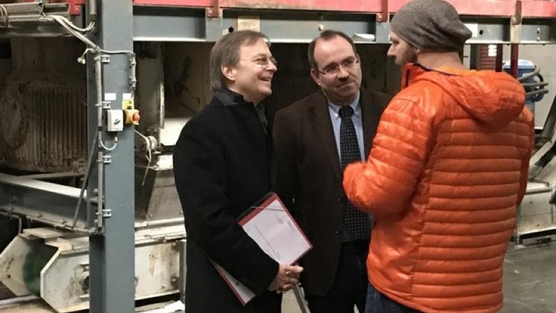 Bundestagsabgeordneter Thomas Rachel (l.) informierte sich gemeinsam mit der CDU-Landtagskandidat für den Südkreis, Dr. Ralf Nolten (Bildmitte), über die Pellet-Produktion in Hürtgenwald-Vossenack.