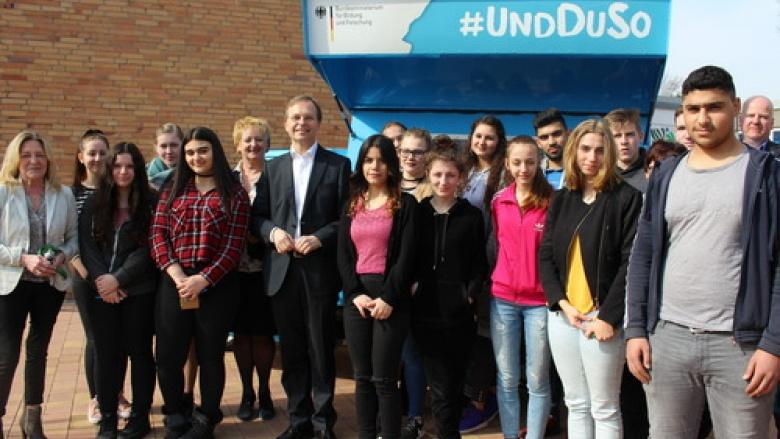 Bundestagsabgeordneter Thomas Rachel (Bildmitte) sprach mit Schülerinnen und Schülern der Hauptschule Düren-Birkesdorf über Chancen in der beruflichen Bildung.
