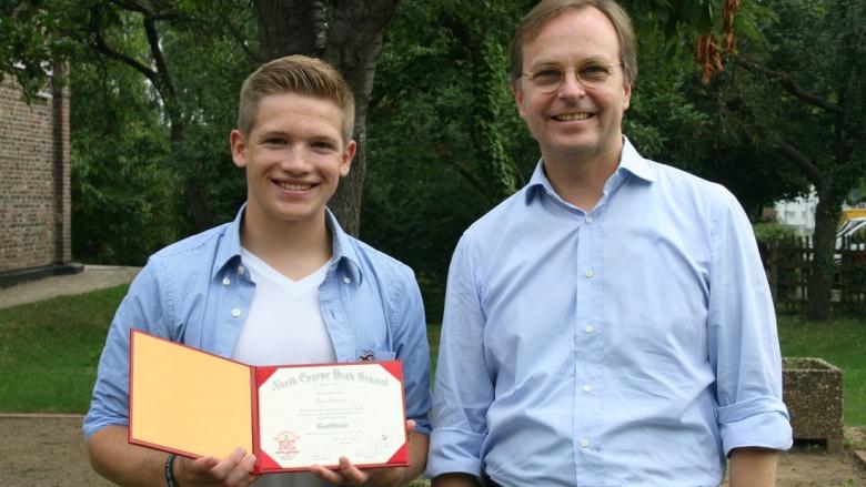 Stolz zeigt Felix Schwab seinem Paten Thomas Rachel MdB das Zertifikat seiner amerikanischen High School.