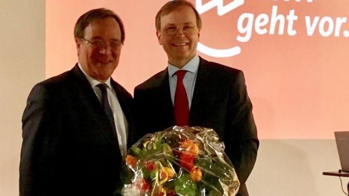 Thomas Rachel MdB (r.) wurde mit 96,2 Prozent zum Vorsitzenden des CDU-Bezirks Aachen wiedergewählt. Zu den ersten Gratulanten zählte der CDU-Spitzenkandidat für das Amt des Ministerpräsidenten Armin Laschet MdL (l.).