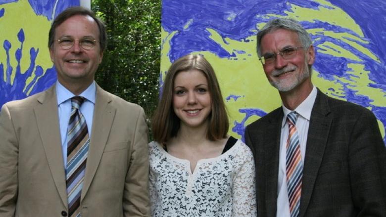 Bundestagsabgeordneter Thomas Rachel (l.) stellte mit Schulleiter Wolfgang Habrich (r.) seine Patenschülerin Anna Karsten für das US-Austauschprogramm vor.