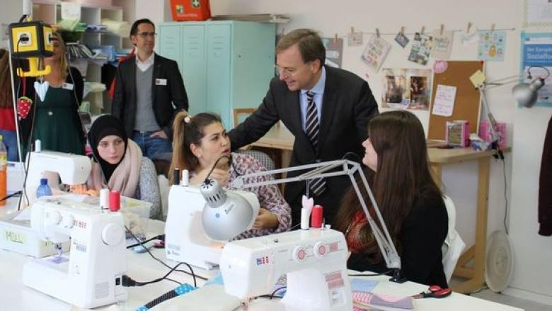 Bundestagsabgeordneter Thomas Rachel (Mitte) sprach bei seinem Rundgang in der Werkstatt des Sozialwerks mit Kursteilnehmer über ihre Erfahrungen.