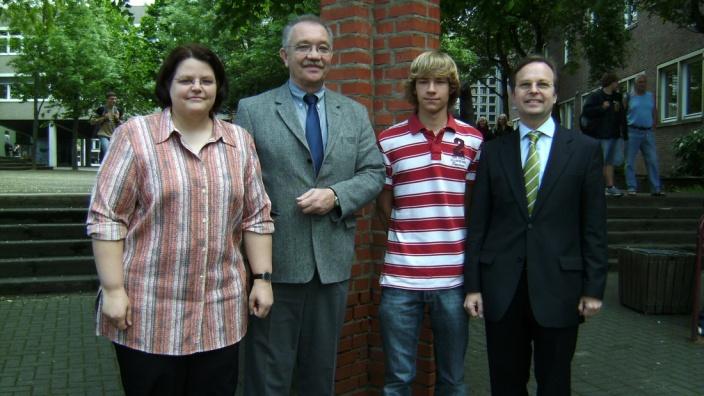 Englischlehrerin Ulrike Flach (l.), Schulleiter Wilhelm Gödde und Thomas Rachel MdB (r.) wünschen Jan Felix eine spannende Zeit in Amerika.