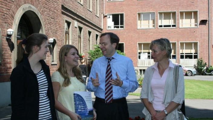 Thomas Rachel MdB überreichte Botschafterin Sarah Beth Arroyo im Beisein der Gastmutter Ulrike Busch und Gastschwester Elina ein Buch vom Deutschen Bundestag.