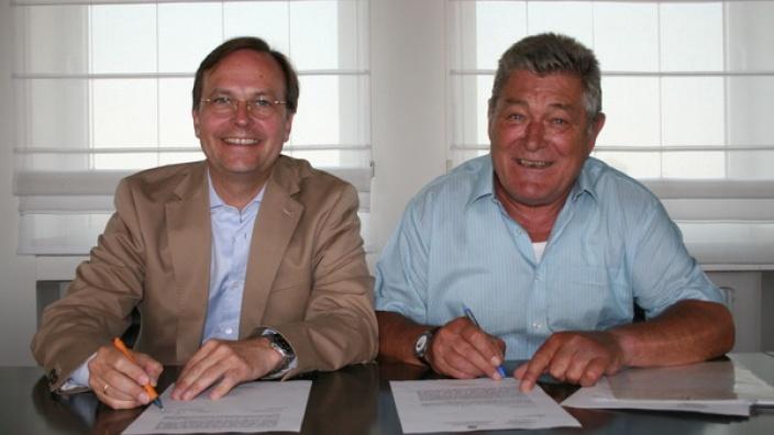 Beiden liegt das Wohl der Menschen in Griechenland am Herzen: Thomas Rachel MdB (links) und Josef Vosen (rechts) bei der Unterzeichnung eines gemeinsamen Briefes an alle weiterführenden Schulen im Kreis Düren.
