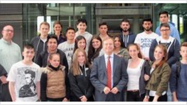 Schüler des Berufskolleg Kaufmännische Schulen Düren diskutierten mit Thomas Rachel über die Zukunft der Region in Berlin