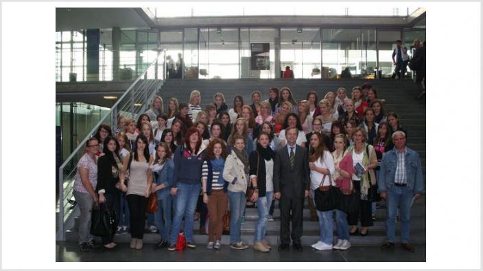 90 Schülerinnen der Mädchenrealschule St. Angela zu Besuch bei Thomas Rachel MdB